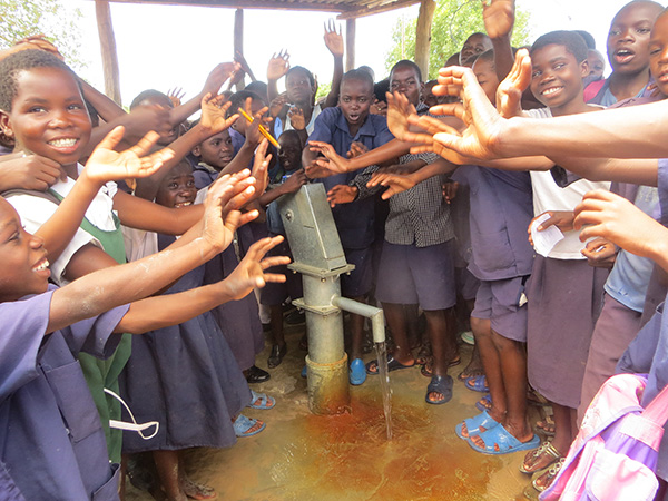 lealui-school-pupils-celebrating-for-their-new-water-point