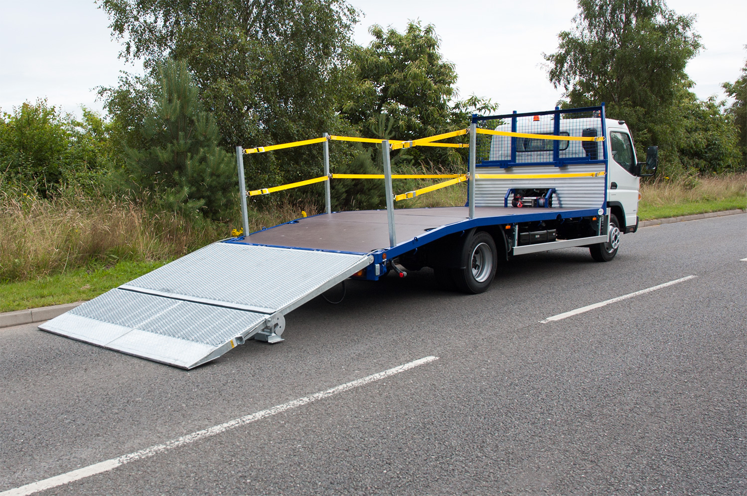 Twin strap edge protection lorry