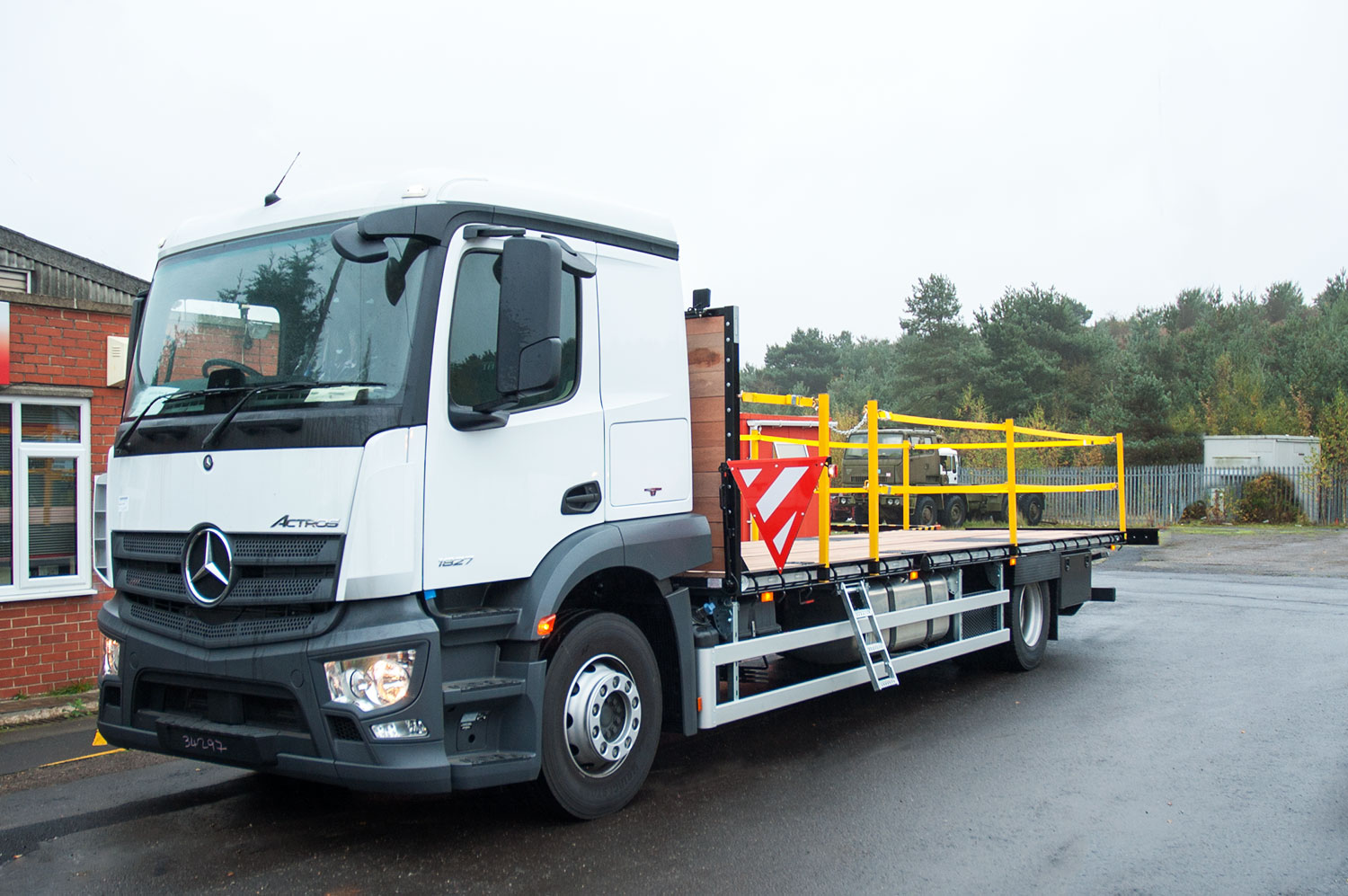 18 tonne extending beavertail with twin strap edge protection system